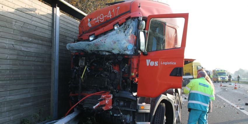 A28 dicht: vrachtwagen rijdt op botsabsorber