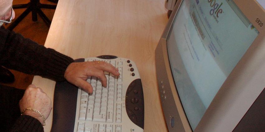 Foto van ouderen op computer internet | Archief EHF
