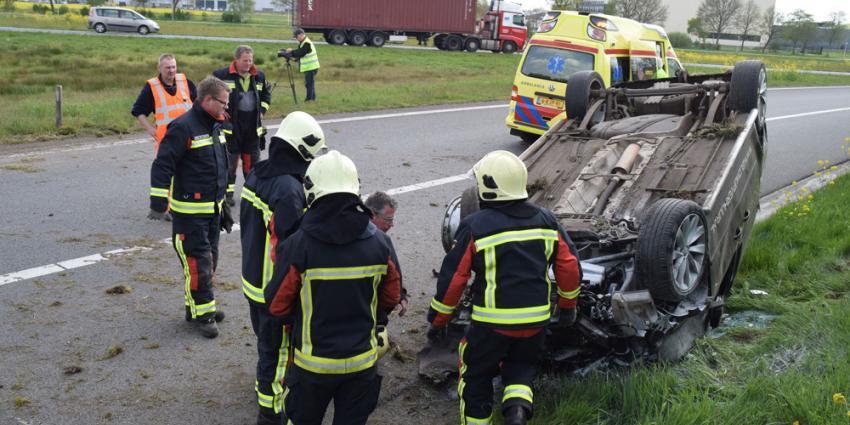 Bestelwagen schiet rechtdoor op afrit snelweg Hoogeveen
