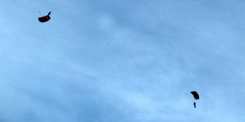 twee parachutisten neergestort