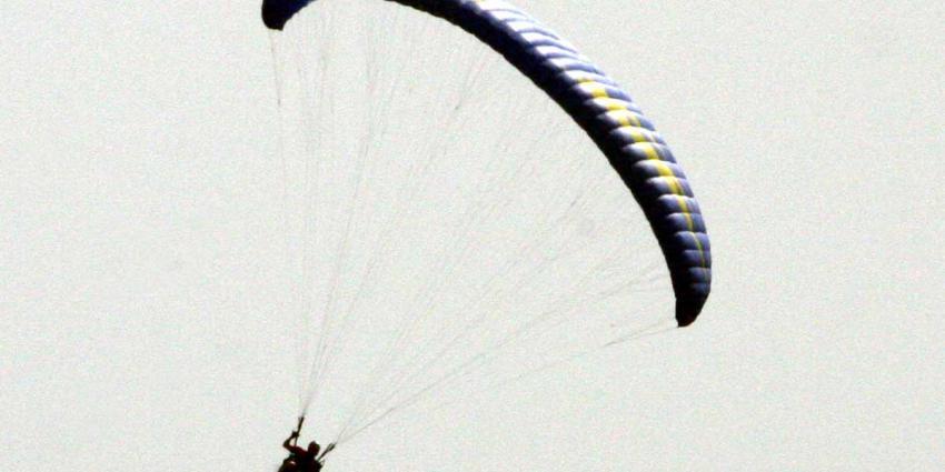 Paragliders gewond na crash in duinen Zoutelande