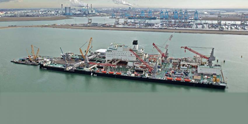 Grootste werkschip ter wereld vaart haven Rotterdam uit voor tests
