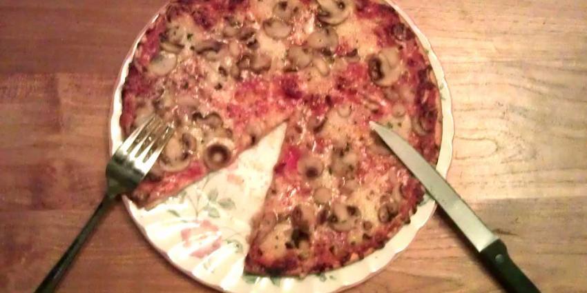 Foto van pizza bord mes vork   Archief EHF