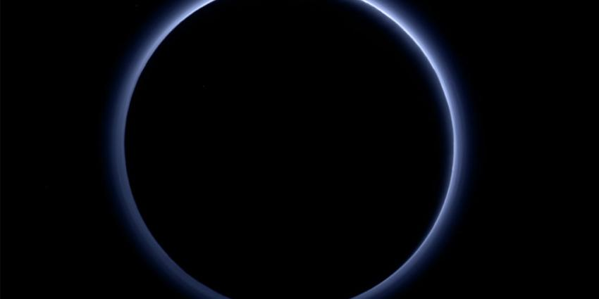 Wetenschappers vinden ijswater en blauwe luchten op Pluto