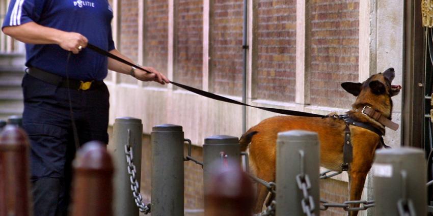 Foto van speurhond politie bij woning | Archief EHF