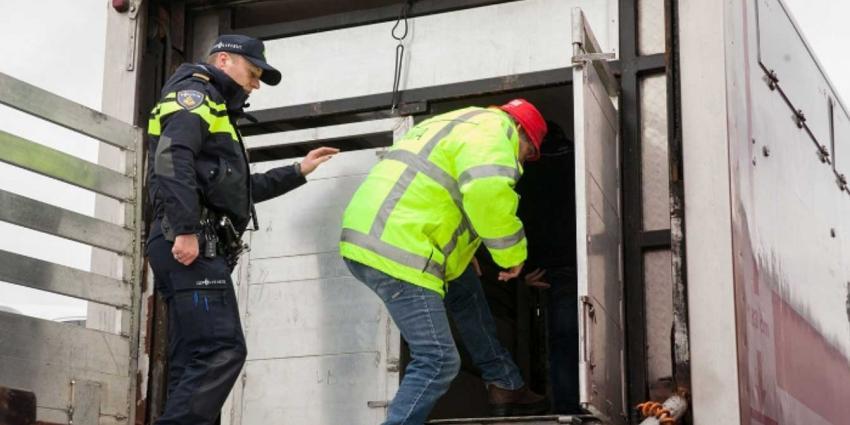 Synthetisch drugsafval in op vluchtstrook achtergelaten vrachtwagen