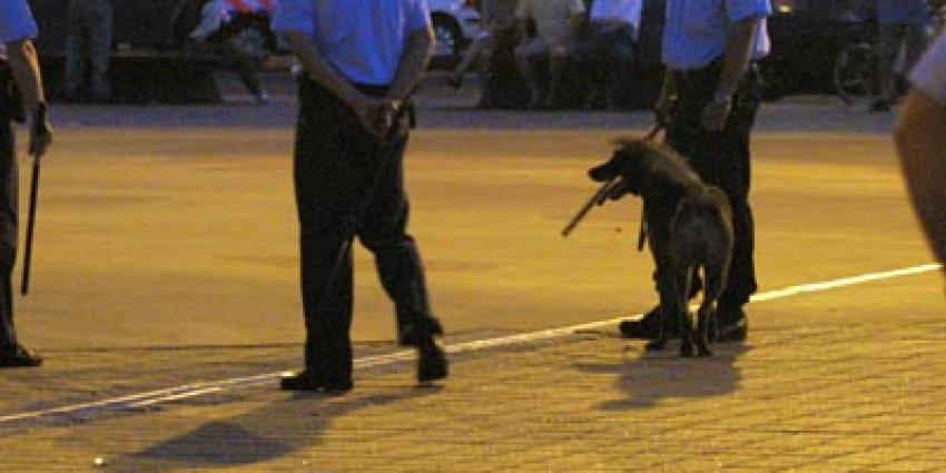 Foto van politie met wapenstok en hond   Archief EHF