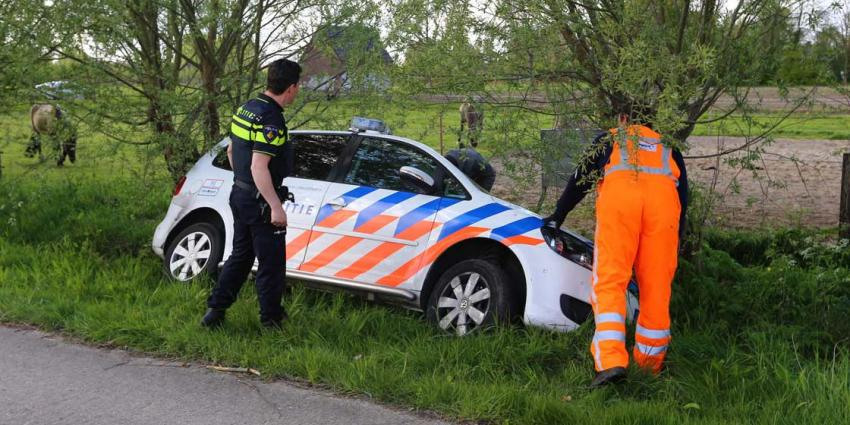 Politieauto rijdt de sloot in bij achtervolging