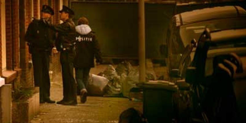 Foto van politiemensen bij woning   Archief EHF