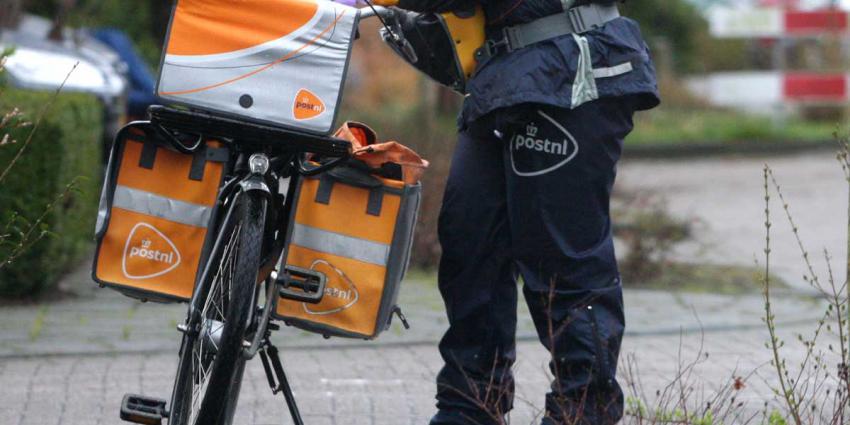 postbezorger naast fiets