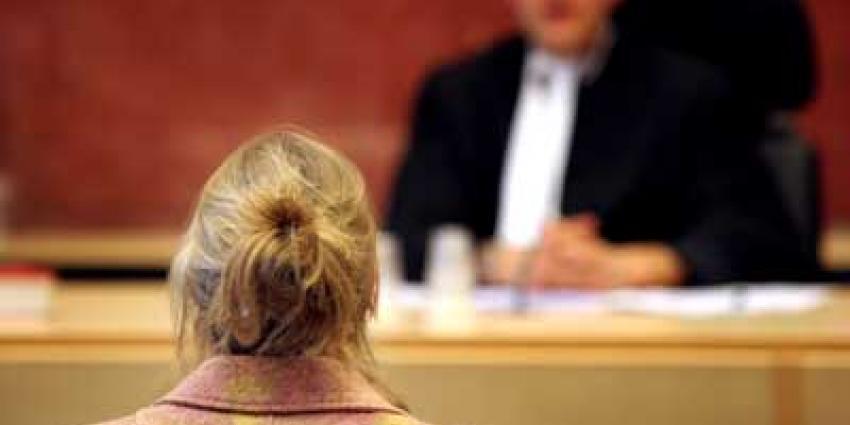 Foto van vrouwelijke verdachte in rechtbank | Archief EHF