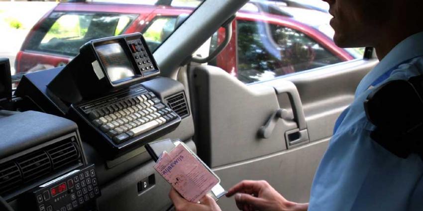 Foto van verkeerscontrole politie rijbewijs   Archief EHF