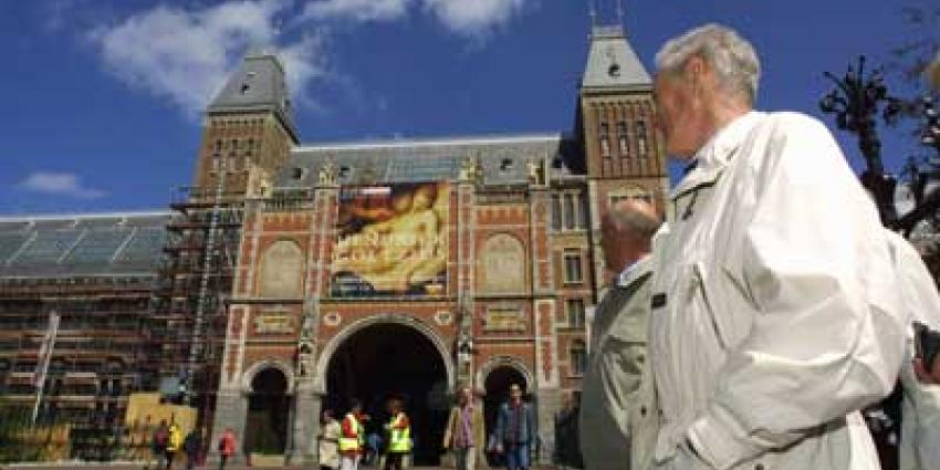 Foto van toerist voor Rijksmuseum | Archief EHF