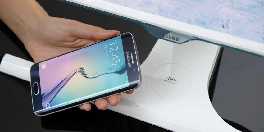 Samsung 'verstopt' draadloze laadfunctie in standaard van monitor