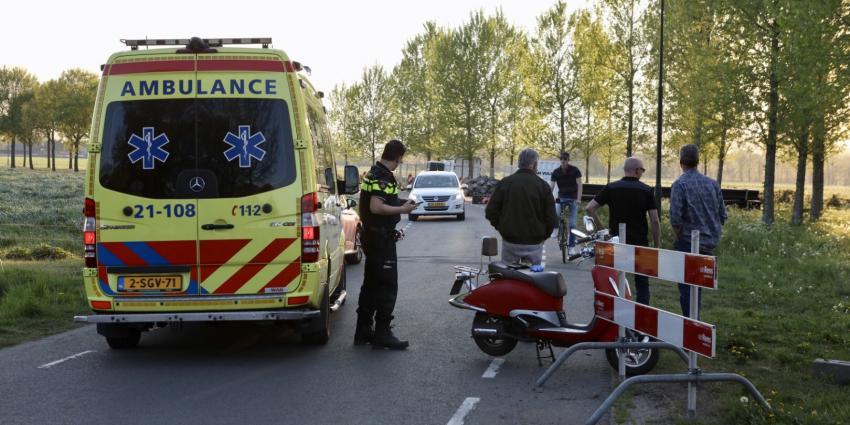 Foto van scooter, ambulance en politieagent