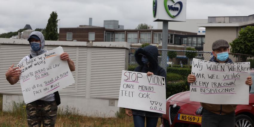 Demonstratie voor hek Vion in Boxtel