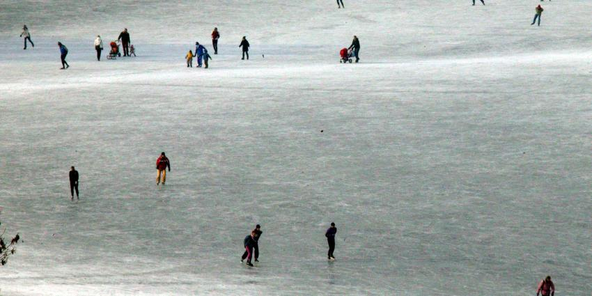 Politie haalt schaatsers van de bevroren uiterwaarden