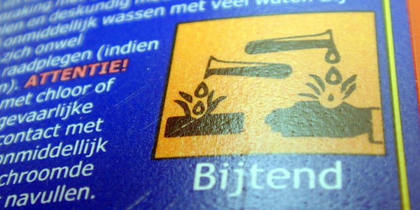 Foto van fles met bijtende stof waarschuwing | Archief EHF