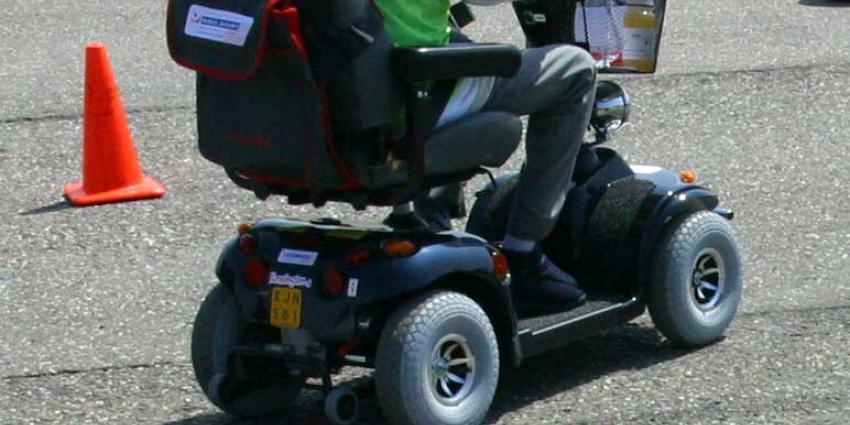 Man rijdt met scootmobiel door raam eerste verdieping verzorgingstehuis en valt naar beneden