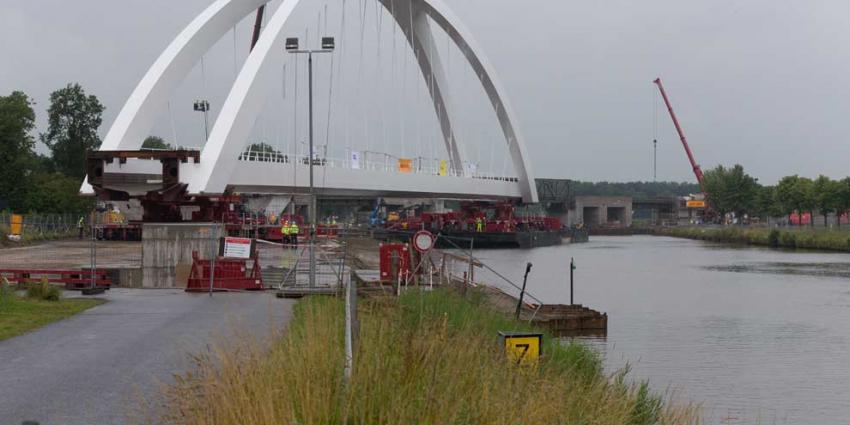 Nieuwe spoorbrug in Zuidhorn geplaatst