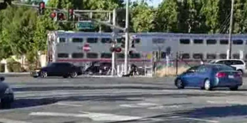 Agent sleurt man net op tijd uit op spoor stilstaande auto