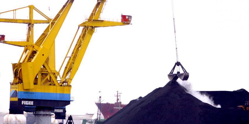 Havenwerkers protesteren bij NUON centrale Amsterdam voor kolenfonds