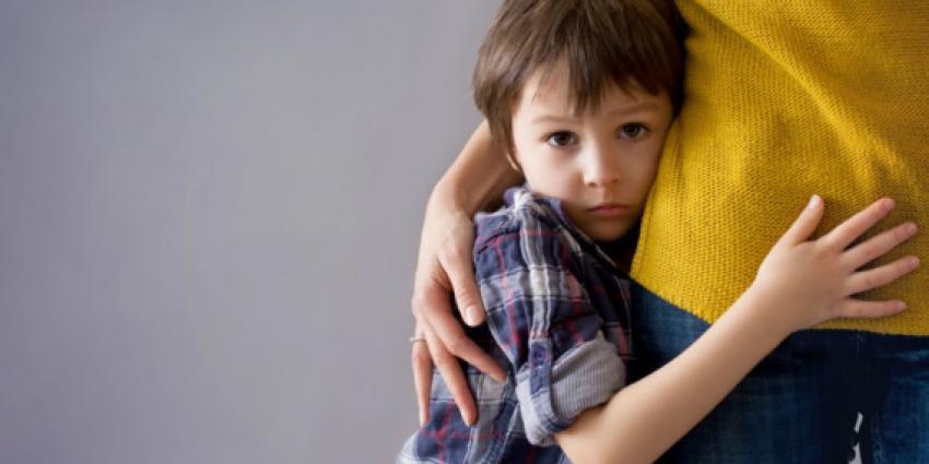 Kind tegen been moeder