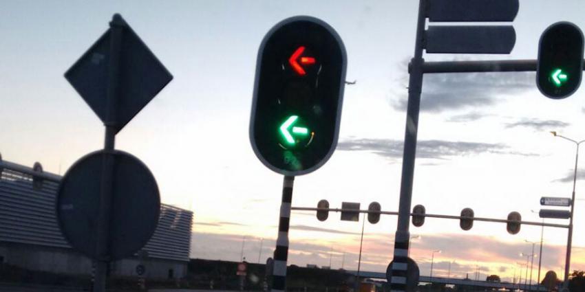Stoplicht laat automobilisten op kruising N196 twee kleuren zien