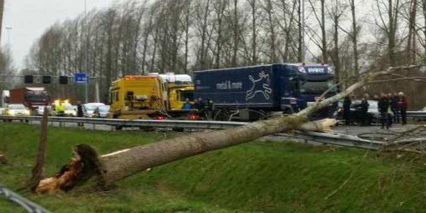 Rijkswaterstaat: Ga niet de weg op!