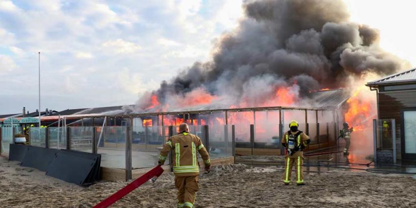 Strandtent door brand verwoest in Hoek van Holland