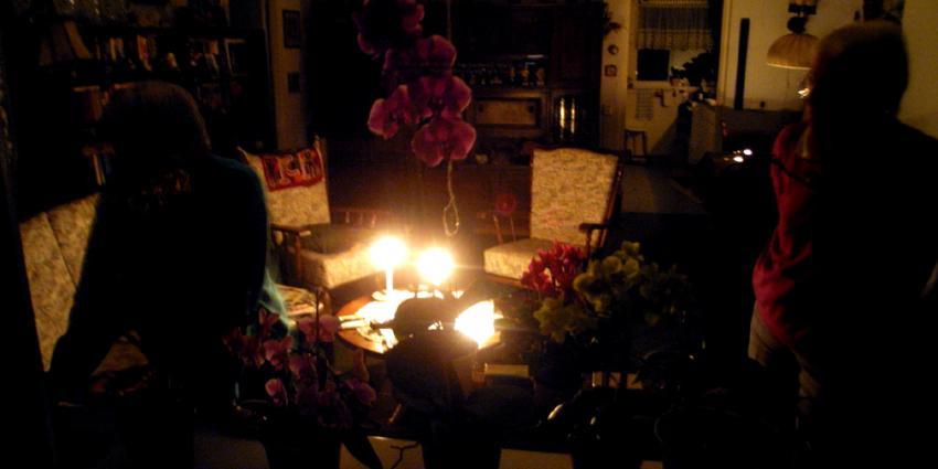 Foto van stroomstoring kaarsen in woonkamer | Archief EHF