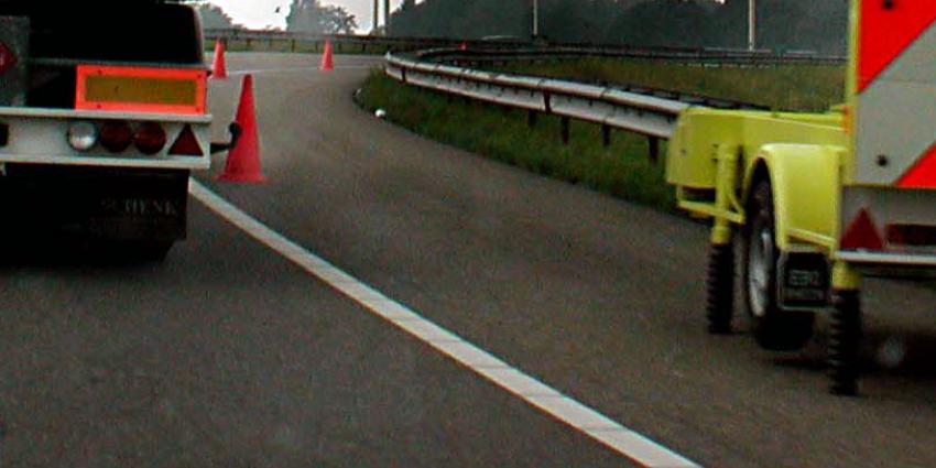 Lange file A27 door tankwagen met lekke band