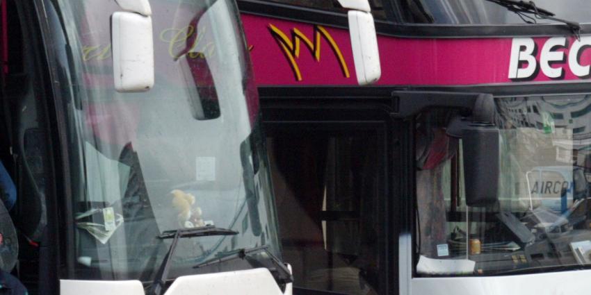 Boze vrouw gooit na aanrijding moersleutel door raam van de touringcar