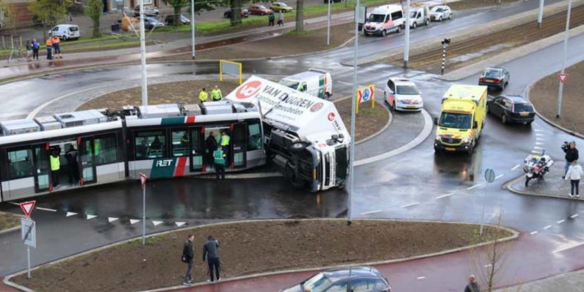Tram ontspoord en vrachtwagen gekanteld na aanrijding in Schiedam