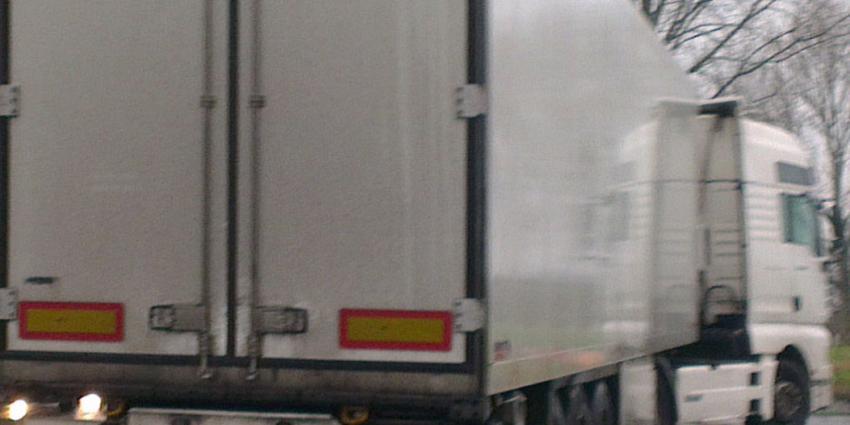 Dertien personen aangetroffen in koelwagen in Hank