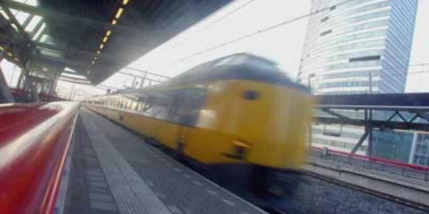 Foto van trein die doorrijdt op station | Archief EHF