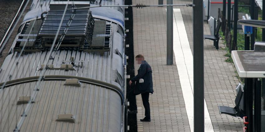 Man zwaargewond na vermoedelijke sprong op rijdende trein