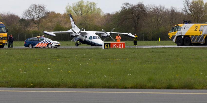 Neuswiel vliegtuig breekt af op Groningen Airport Eelde tijdens landing