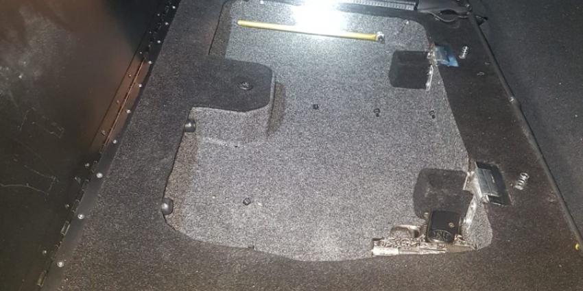 Verborgen ruimte met pistool in auto ontdekt
