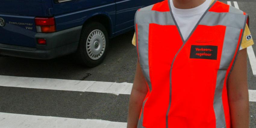 Verkeersregelaar meters meegesleurt door boze automobilist