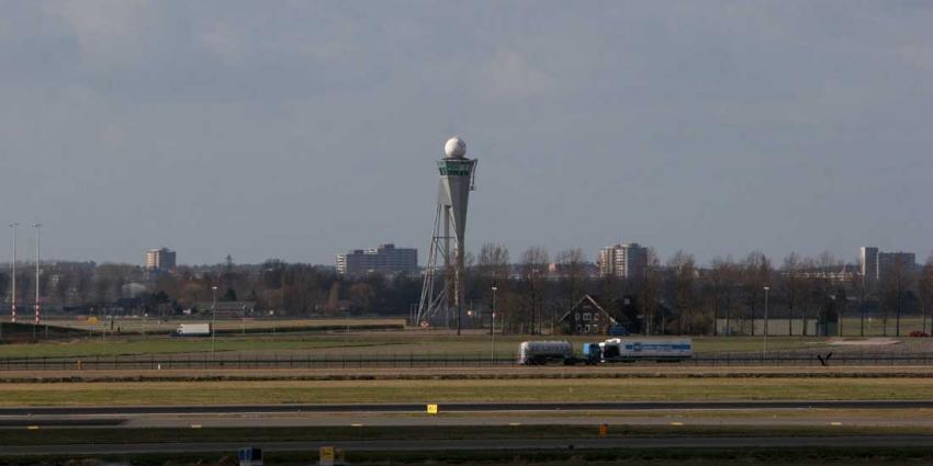 Porsche vliegt over sloot en landt op terrein Schiphol