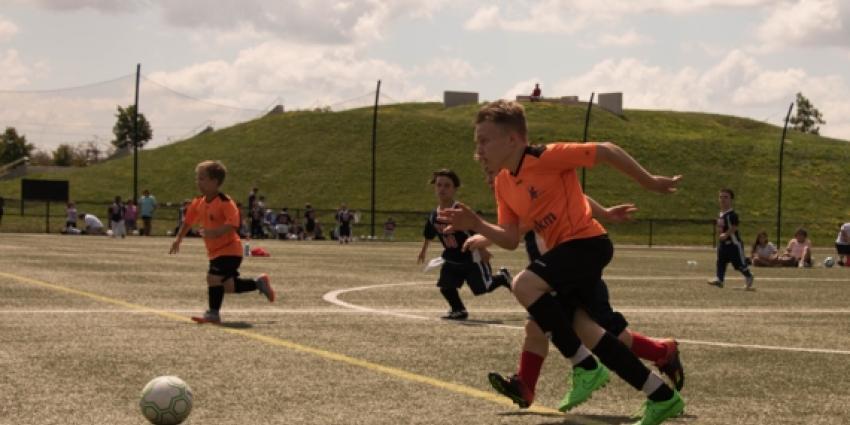 Eerste voetbalinterland NL - DE ooit gespeeld door kleine mensen