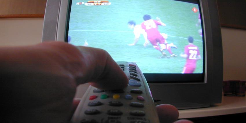 Foto van voetbal wedstrijd op televisie NOS | Archief EHF