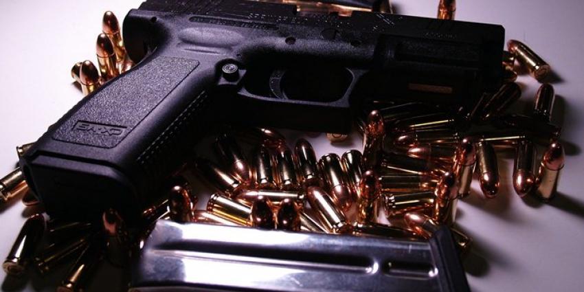 Foto van vuurwapen met patronen   Sxc