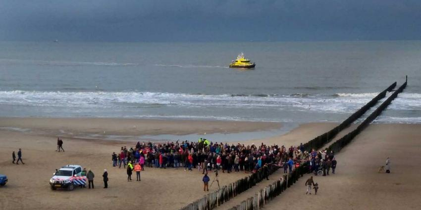 Dode walvis van 13,5 meter aangespoeld op strand Domburg