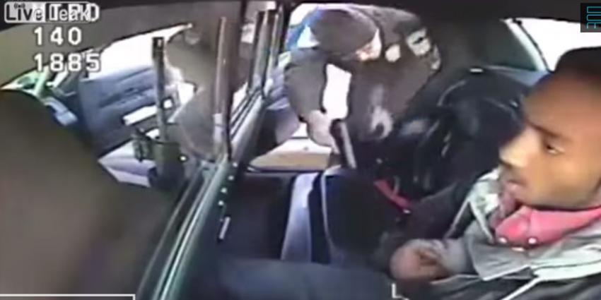 Arrestant trekt vuurwapen op achterbank politieauto