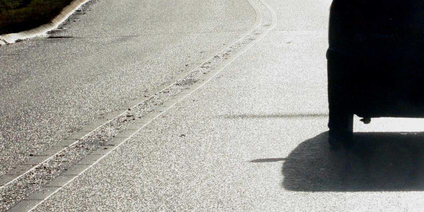 Laagstaande zon en glimmend wegdek kost vrouw (93) het leven