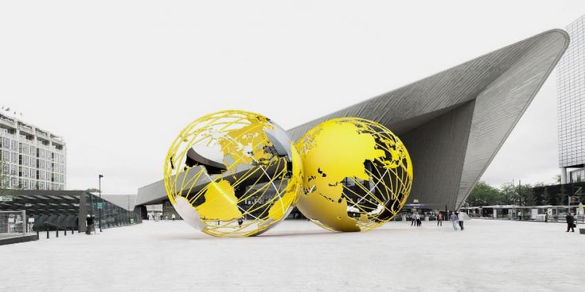 Kunstwerk van 2 gouden wereldbollen voor CS Rotterdam