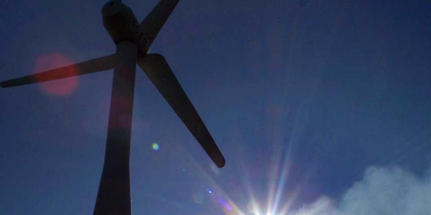 windmolen-zon-blauwe-lucht