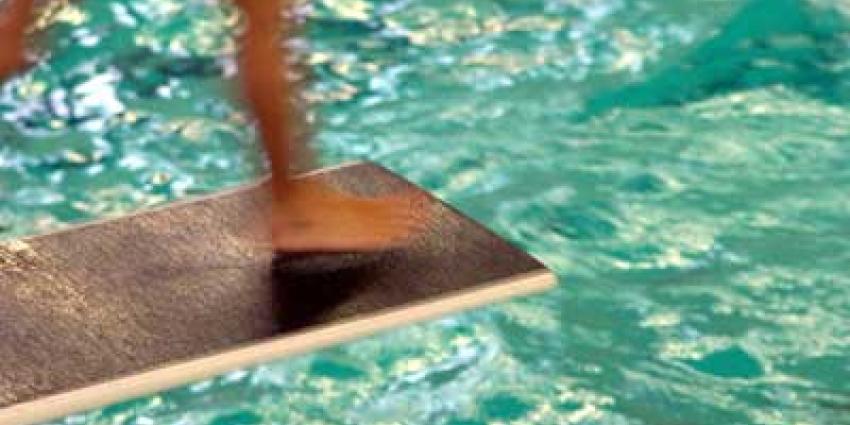 Foto van duikplank in zwembad   Archief EHF